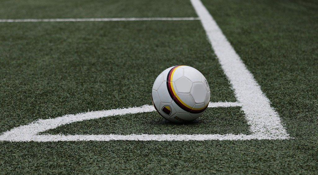 Bilde av fotball på conerhjørnet. Foto: Pixabay.